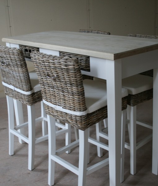 Bartafel met geborsteld eiken blad en rotan mandjes handmade interior - Cuisin e met bartafel ...