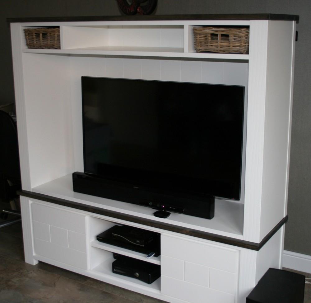 Hoog tv kast met rotan mandjes