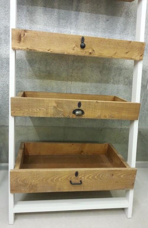 Kast met laden van verschillende soorten oud hout en unieke handgreep