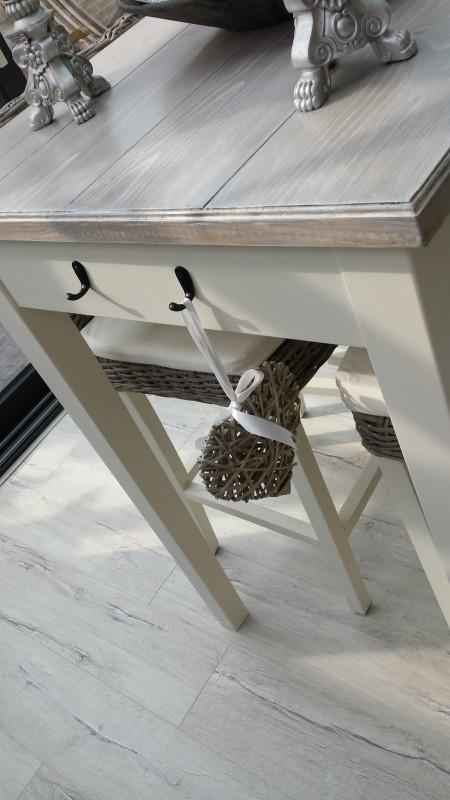 Bartafel met houten blad en rotan manden als lades