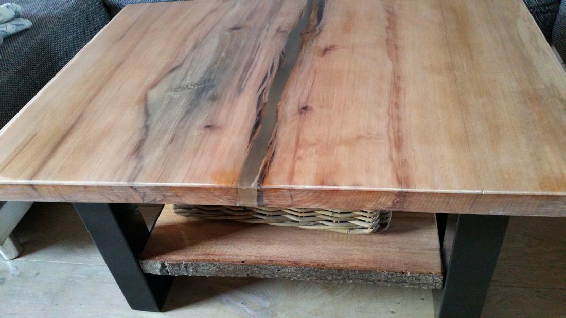 Eiken of noten massief design tafel met doorschijnende epoxy strook