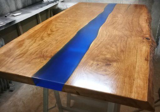 """Boomstamtafels met een prachtige blauwe transparante """"rivier"""" er doorheen, gemaakt van epoxyhars, of glanzende heldere coating, turquoise kleur epoxy"""