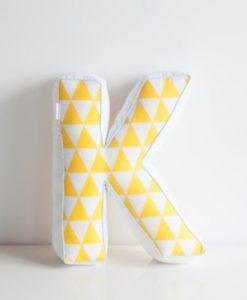 letter kussen wit geel driehoek